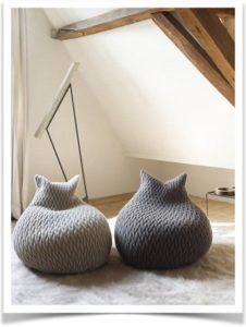 Вязанные подушки-мешки на полу