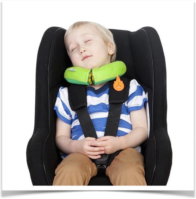 Ребенок спит в кресле