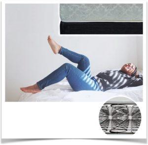 Крупная женщина лежит на пружинном матрасе