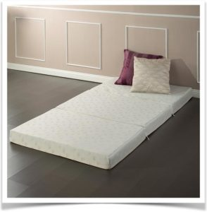 Матрас складной и подушки на полу