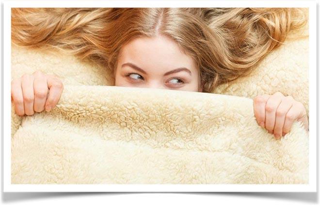 Девушка накрылась меховым одеялом