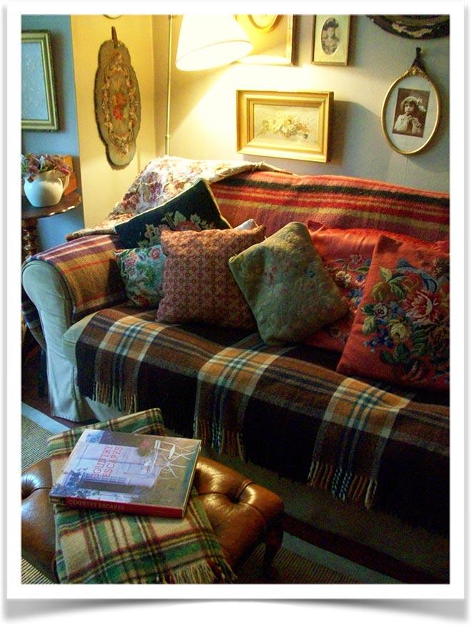 Плед с подушками на диване