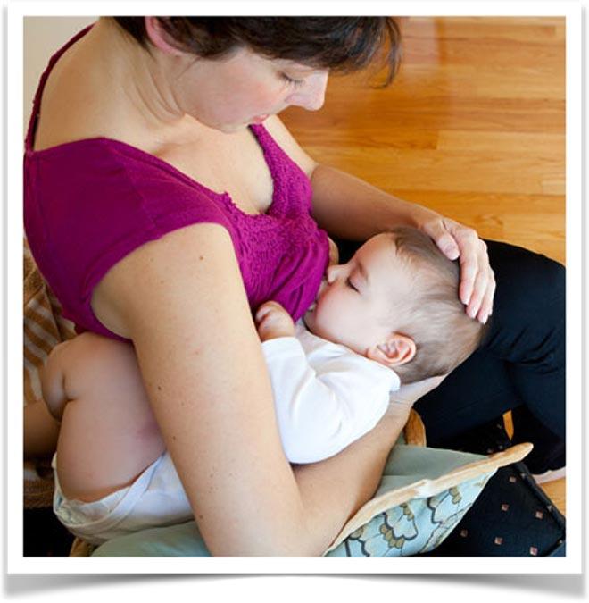 Кормление ребенка из-под руки