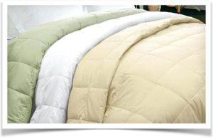 Разноцветные одеяла на кровати