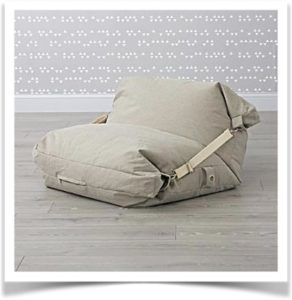 Квадратная подушка в виде кресла на полу