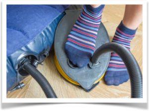 Сдувание матраса ножным насосом