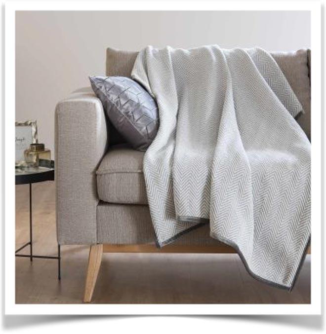 Плед на диване 33