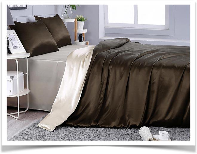 Коричневое шелковое одело на кровати