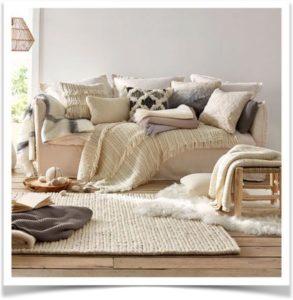 Диван с подушками в комнате
