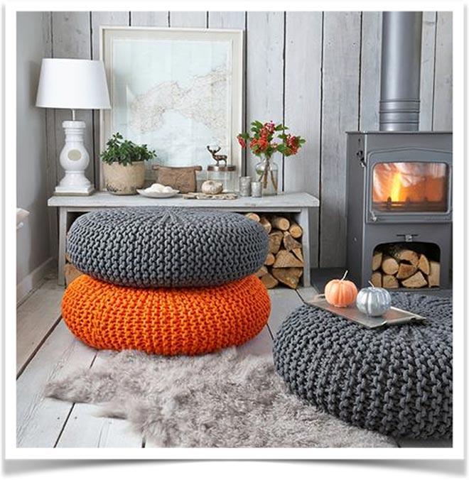 Вязанные подушки в деревенском доме с камином