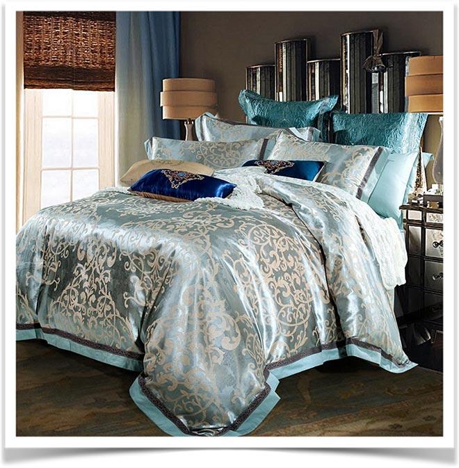 Красивое одеяло с подушками на кровати