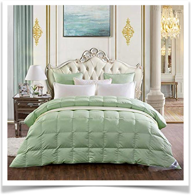Зеленое одеяло на кровати