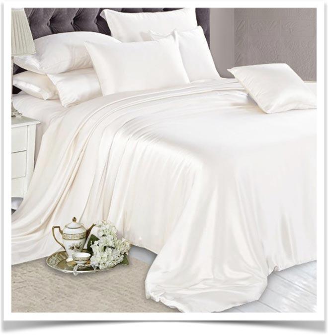 Светлое одеяло на кровати