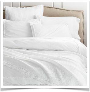 Белое постельное белье на кровати
