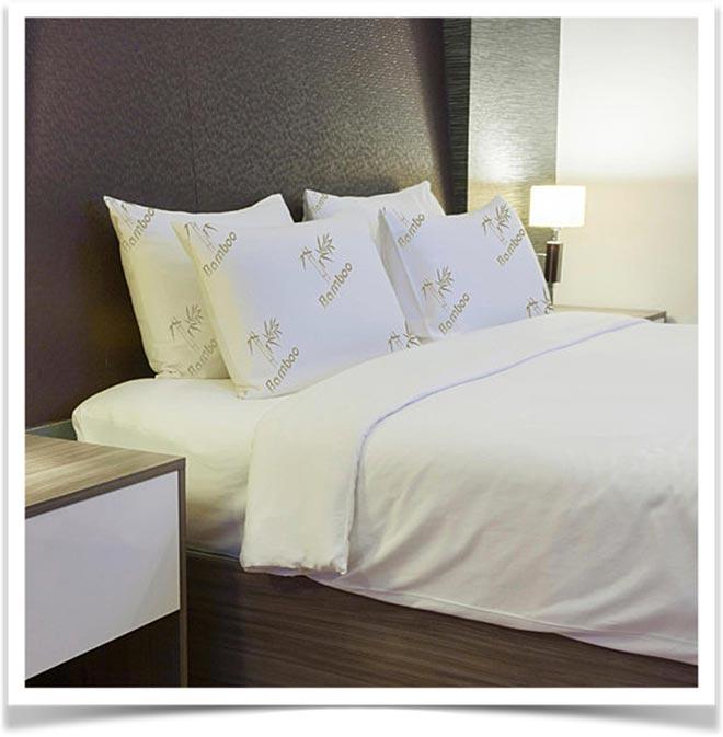 Бамбуковые подушки на кровати