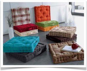 Прямоугольные разноцветные подушки лежат на полу