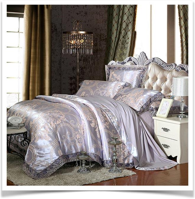 Красивая кровать с одеялом и подушками