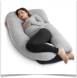 Беременная девушка спит с u образной серой подушкой
