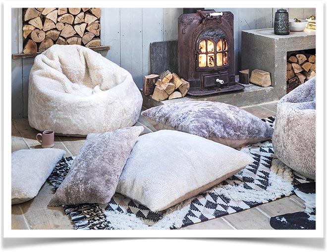 Подушки на полу у камина