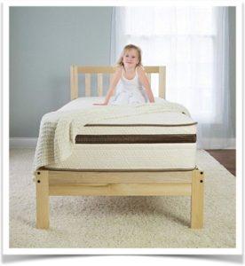 Девочка на кровати