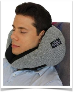 Мужчина с подушкой для шеи