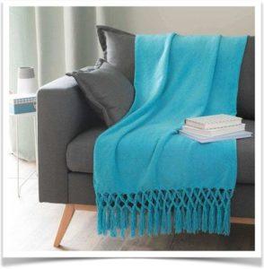 Плед голубой на диване