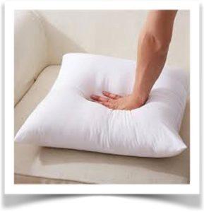 Человек давит на подушку рукой