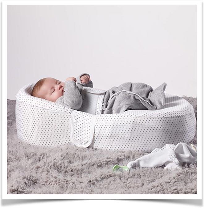 Ребенок лежит на матрасе кокон