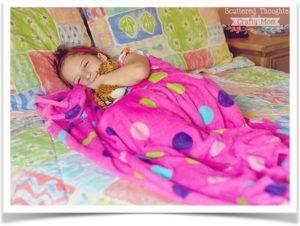 Девочка накрылась розовым флисовым покрывалом