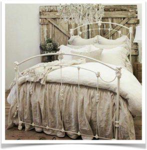 Кованная кровать с постельным бельем в стиле прованс