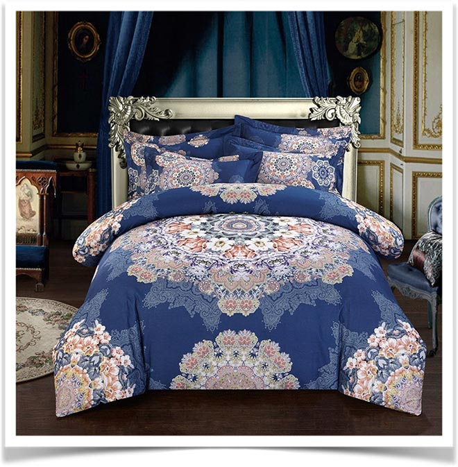 Синие жаккардовое покрывало с узором на кровати