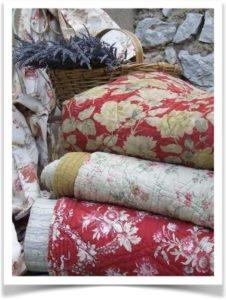Разноцветные ткани и корзинка с травами