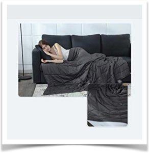 Девушка заснула на диване укрывшись пледом