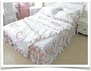 Белое постельное белье с цветами на кровати
