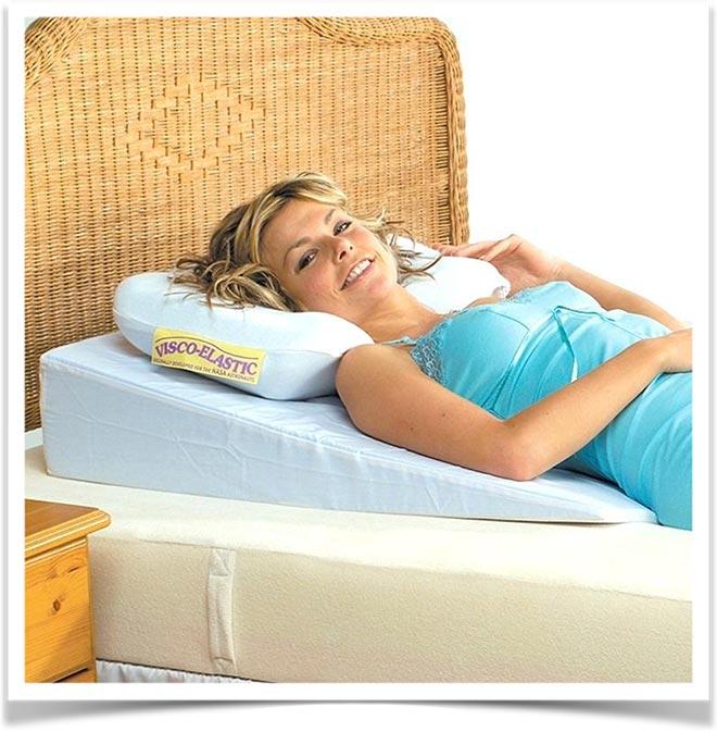 Девушка лежит на голубой подушке под спину