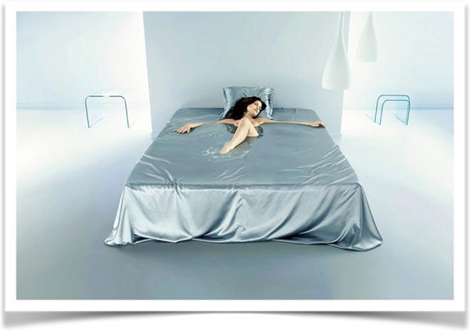Женщина лежит в воде на кровати