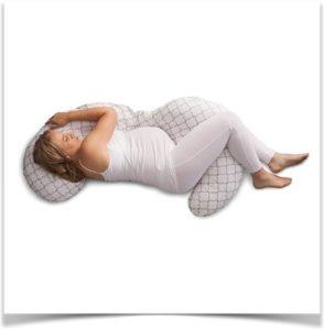 Беременная спит с подушкой на левом боку