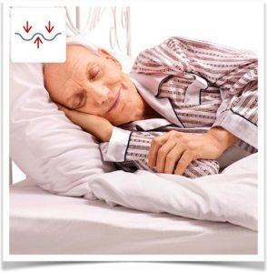 Счастливый дедушка спит на постели