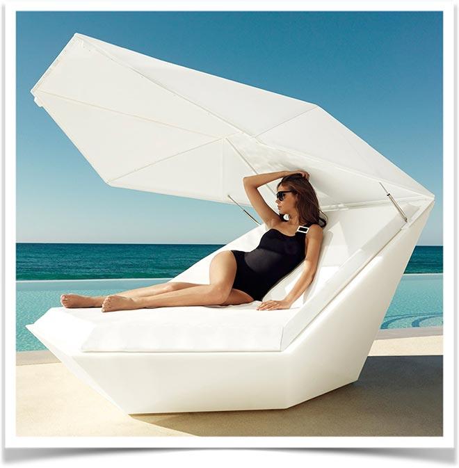 Девушка на пляже в современном шезлонге