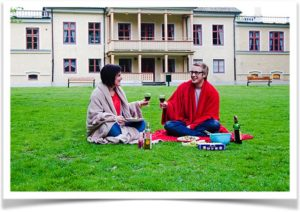 Романтический пикник на газоне перед домом
