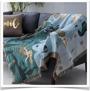 Плед в морском стиле лежит на диване