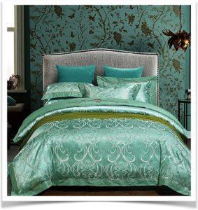 Зеленое красивое жаккардовое одеяло на кровати