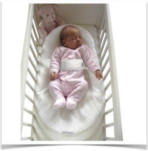 Кокон матрас с ребенком в кроватке