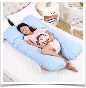Беременная спит на спите в большой подушке
