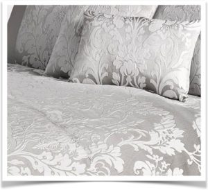 Покрывало и подушки из жаккардовой серой ткани