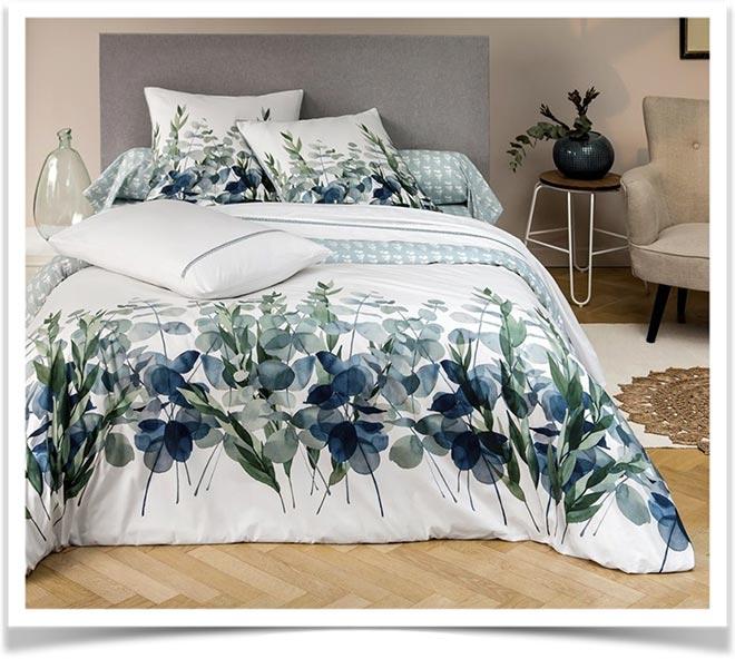 Одеяло на кровати с принтом ветка с листьями эвкалипта