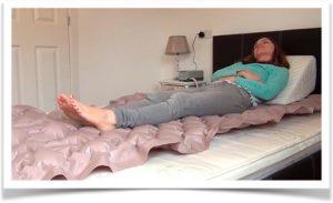Женщина лежит на ячеистом противопролежневом матрасе