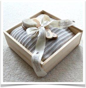 Вязаный плед к красивой деревянной коробке