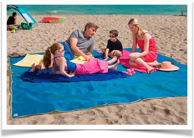 Вся семья на пляжном покрывале