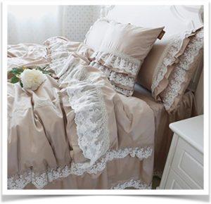 Коричневое постельное белье с кружевом